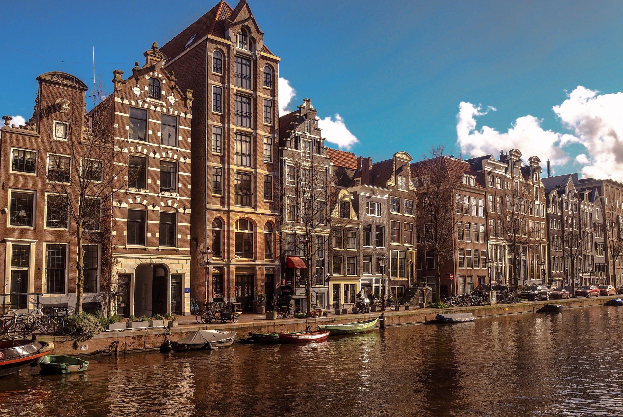 Voorgevel in Amsterdam aan een gracht