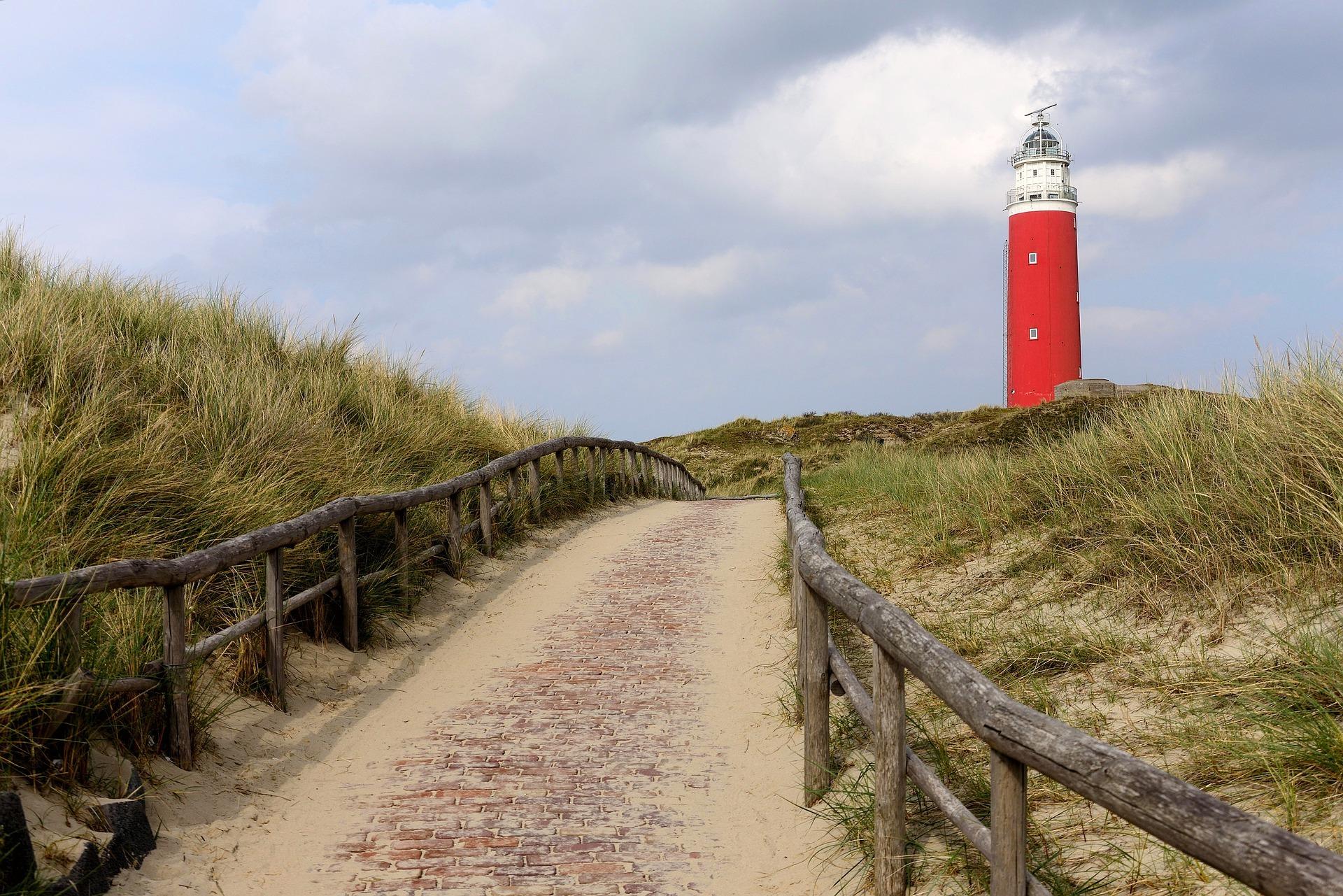 Vuurtoren op Texel tussen de duinen