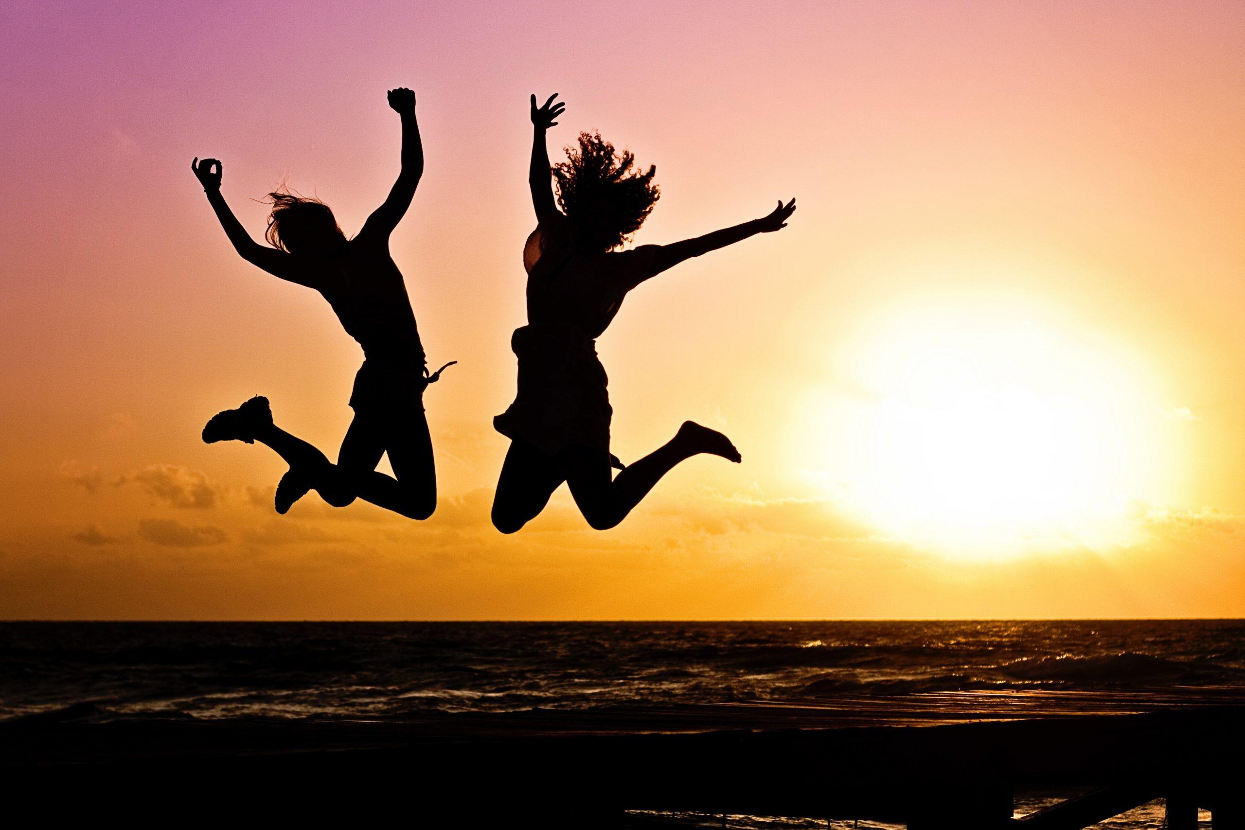 Gelukkige springende kinderen in de zonsondergang